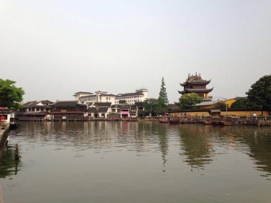 Zhujiajiao Ancient Town: Вид с берега