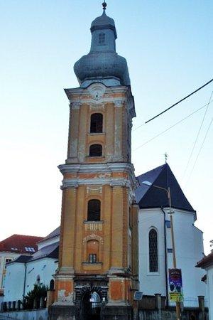 Roznava, Eslovaquia: Il campanile e la chiesa