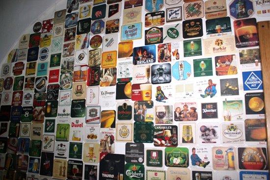 Strefa Piwa: ścianka z piwnych etykiet
