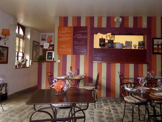 Genille, France: Die Speisenkarten hängen an den Wänden
