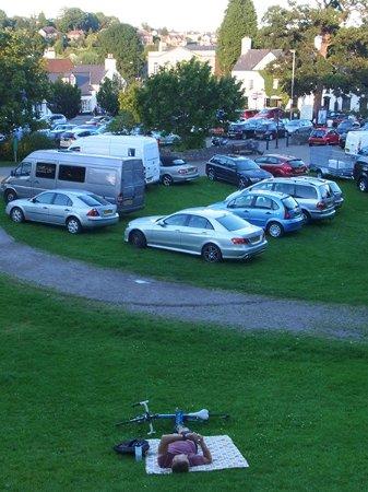 Chepstow, UK: お城の前面の駐車場