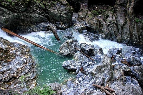 Liechtensteinklamm : Hier wie an anderen Stellen strömt das Wasser schäumend talwärts.