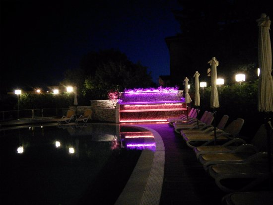 Hotel Villa Mulino: Fountain at night