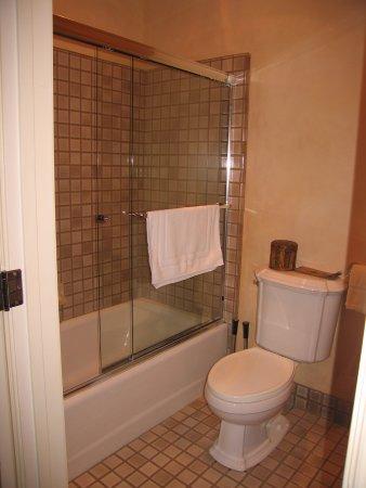 Vineyard Country Inn: Bath