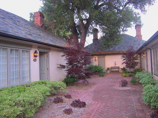 Vineyard Country Inn: Courtyard Area: Rm. #115 at left