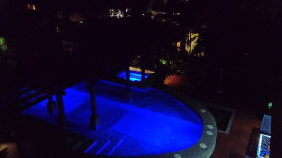 Freestyle Resort Port Douglas: The pool at night