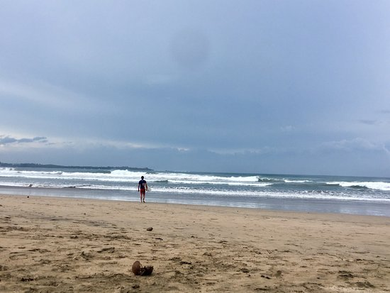 Playa Grande, Costa Rica: Praia tranquila, mar agitado com bastante correnteza. Tem um comércio pequeno na entrada da prai