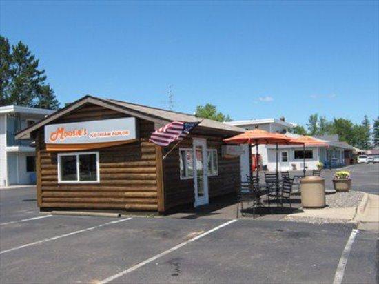 Μέντφορντ, Ουισκόνσιν: Moosie's Ice Cream Parlor Outdoor seating, Medford, WI