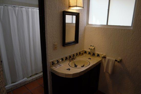 Hotel El Tukan: Pileta de mano fuera del baño