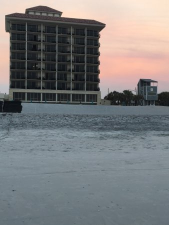 Atlantic Beach, FL: From the beach of the hotel at sunset.