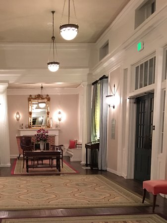 Bedford, PA: Sitting area in hotel lobby