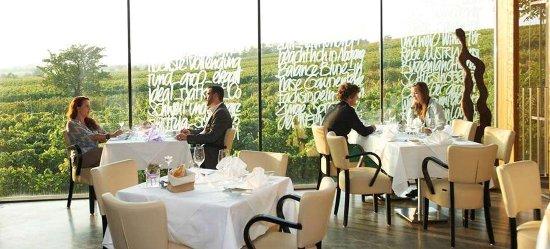Monchhof, Austria: Lokal mit Ausblick auf die Weingärten