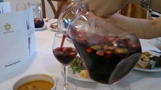 TRH Mijas: 夕食時のサングリア。フルーツたっぷりでジュースのようにするする飲めちゃいます。