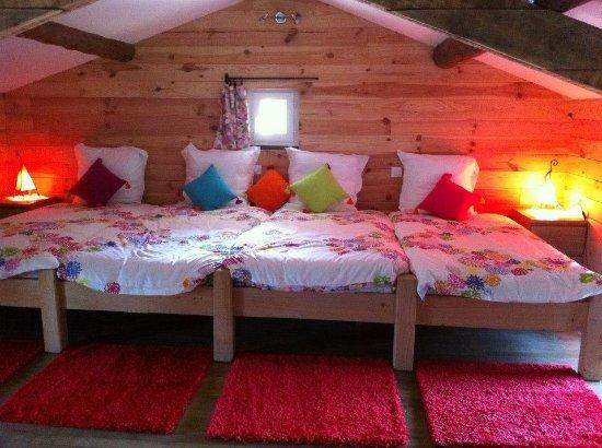 le mas de manon chambre mansarde basse pour les enfants avec 4 lits de 90