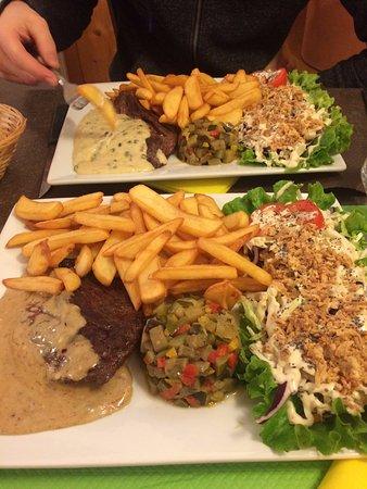 Saint-Agnan-en-Vercors, France : bavette avec deux sauces différentes, et accompagnement délicieux
