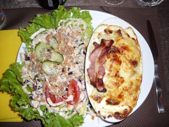 Saint-Agnan-en-Vercors, France : pizza aux ravioles et accompagnement