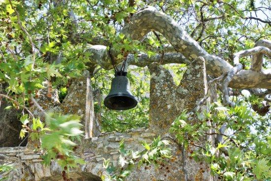 Danakos, اليونان: la cloche dans les arbres_monastère de Fotodolis
