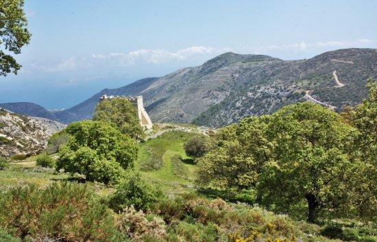 Danakos, اليونان: le monastère de Fotodolis apparaît en haute montagne...