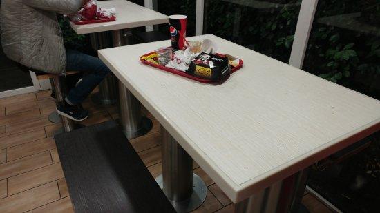Bron, Frankrike: Incroyablement Degueulace ... Bornes hs , tables Degueulace , poubelles pleine ....
