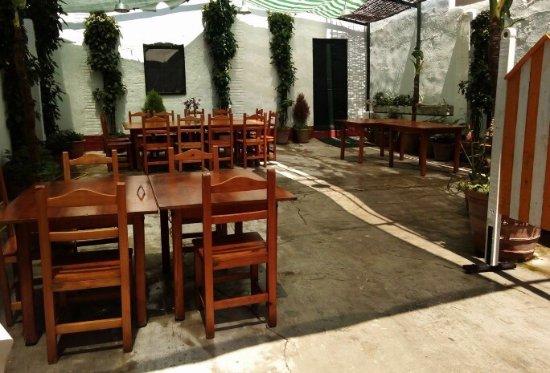 El Bodegon: El patio blanco de verano