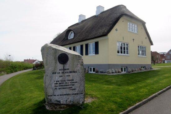 Loegstoer, Denmark: Mindestenen foran Johan Skjoldborgs Hus
