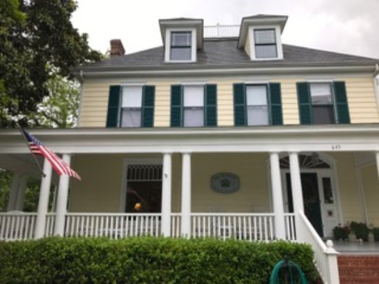 Cape Charles House Bed and Breakfast: Exterior view from street