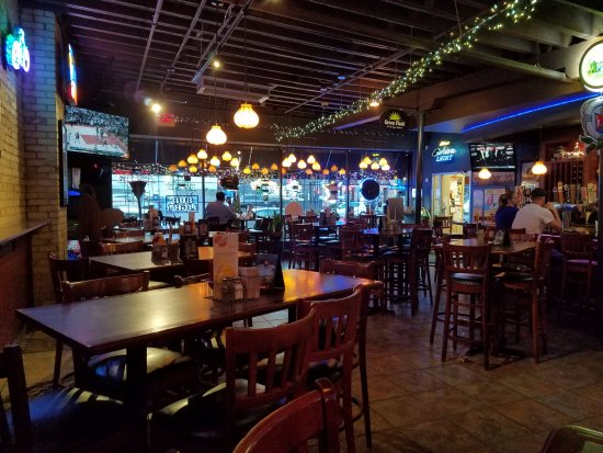 Burger Moe's: The bar/dining area