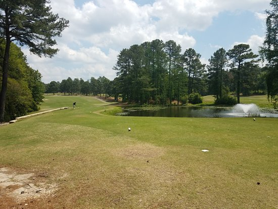 Whispering Pines, NC: Waiting to tee off at the 1st hole on the Pines Course