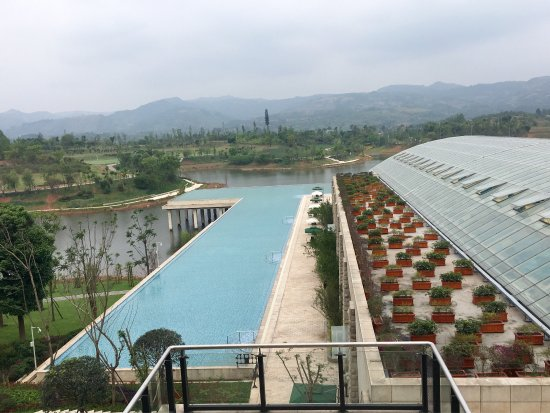 Jianyang, จีน: Huge outdoor and indoor pools, grand lobby but only a cursory access to the lake