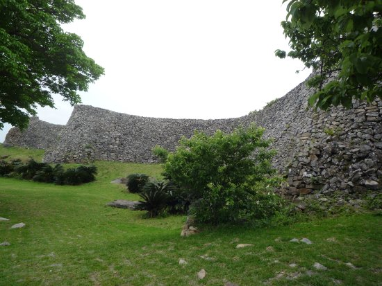 蛇行する石積み - Picture of Nakijin Castle Remains, Nakijin-son - TripAdvisor