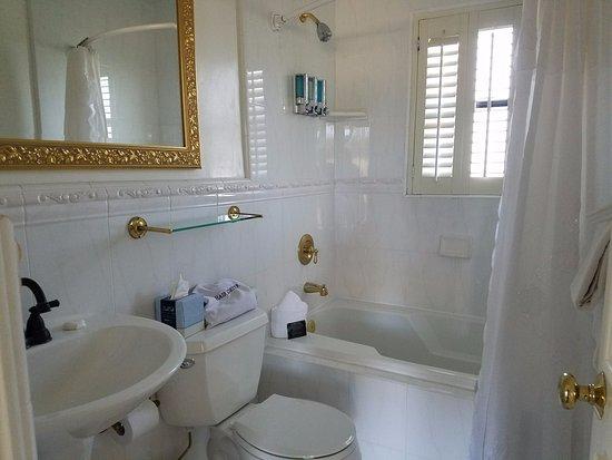 Coachman's Inn, A Four Sisters Inn: Clean bathroom