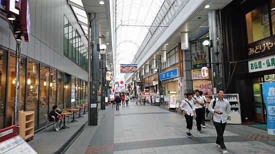 Kawabatadori Shopping Street: 仏具店が多い