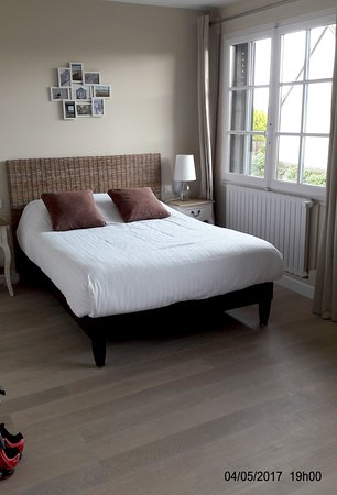 Dhuizon, France : chambre confortable