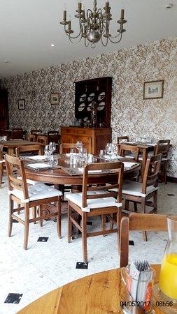Dhuizon, France : Salle a manger avec une très jolie décoration