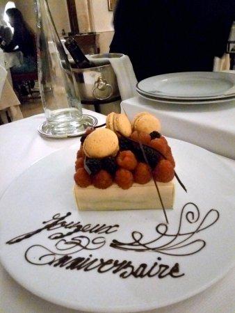 Gilly-les-Citeaux, France: Mon gateau d'anniversaire.... une grand merci à l'équipe