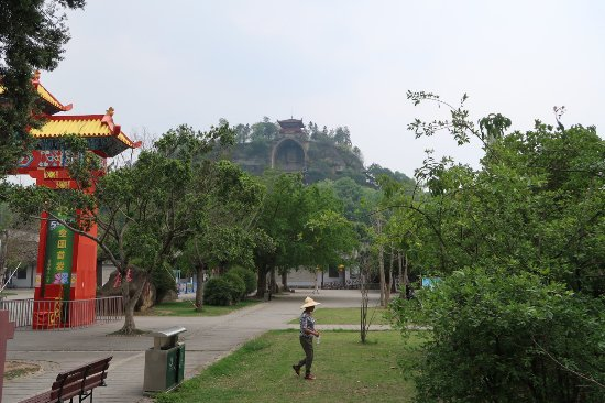Rong Xian Big Buddha: The temple from the street entrance.