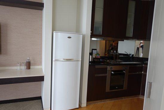 Emporium Suites by Chatrium : キッチン、冷蔵庫、電子レンジ、電気ポット