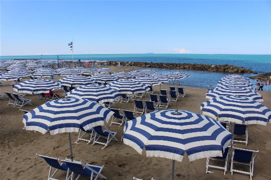 Marina di Pisa, Italie : una delle spiagge piu' grandi di marina, piscina naturale creata da rocce, adatta per bambini