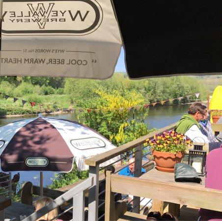 Glasbury-on-Wye, UK: Drinks on the decking