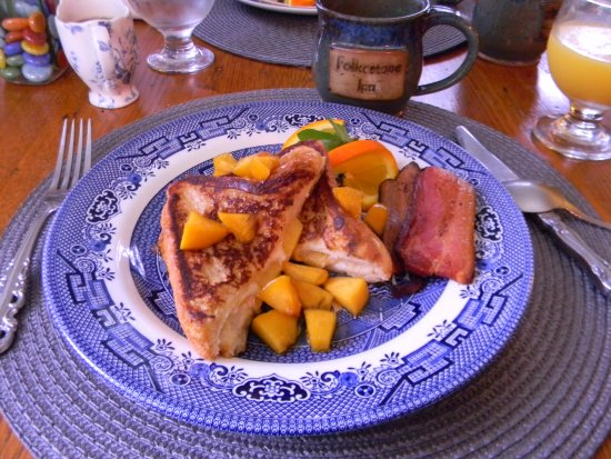 Folkestone Inn: One of the breakfasts served was Peach stuffed french toast with house smoked bacon Yum !!!