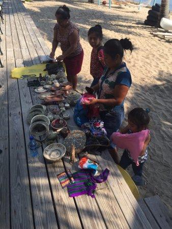 Villa Verano: Mayans selling handmade goods