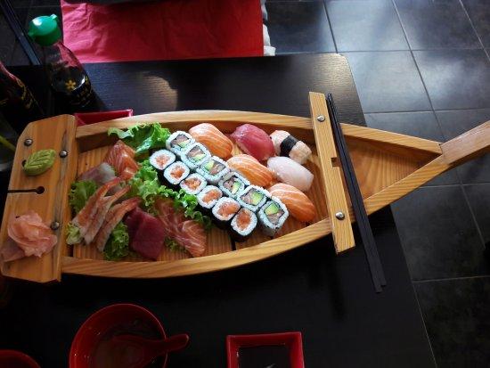 bateau suhi photo de sushi d 39 or dijon tripadvisor. Black Bedroom Furniture Sets. Home Design Ideas