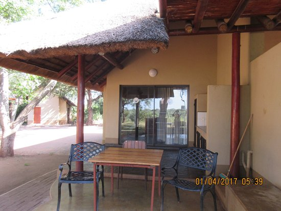 Lower Sabie Restcamp: outdoor kitchen area
