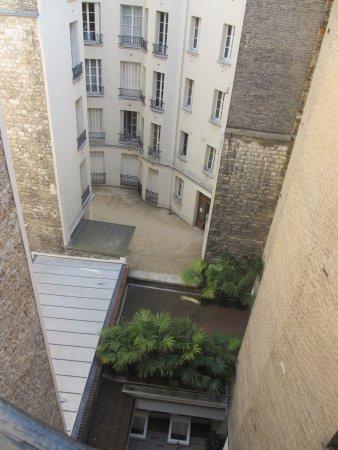 Hotel Eiffel Seine : 下は中庭です。