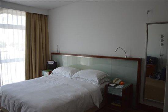 Il letto King size - Picture of Villa Rotana - Dubai, Dubai ...