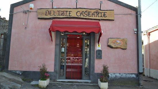 Piedimonte Etneo, Italie: Delizie Casearie propone prodotti tipici dell'Etna, tutti all'insegna dell'alta qualità!
