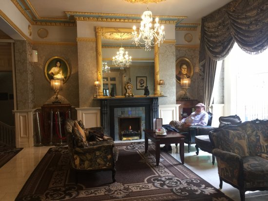 Buswells Hotel: Sitting room near front desk.