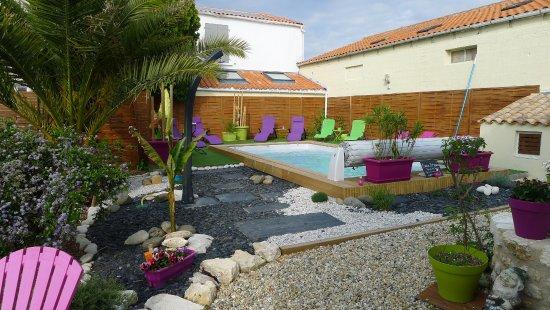 Le Pressoir : la piscine est chauffée et complétée par un jacuzzi en accés libre.
