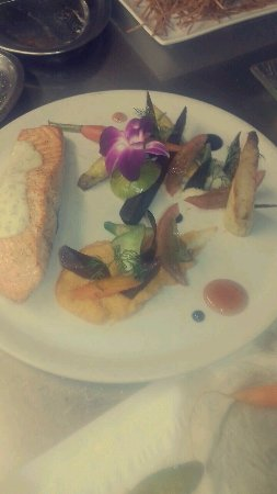 La Tarraillette: Pavé de saumon purée de patates douces et sauce estragon