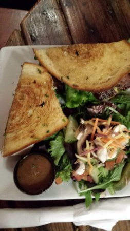 Solvang Brewing Company: salade et pain grillé garni
